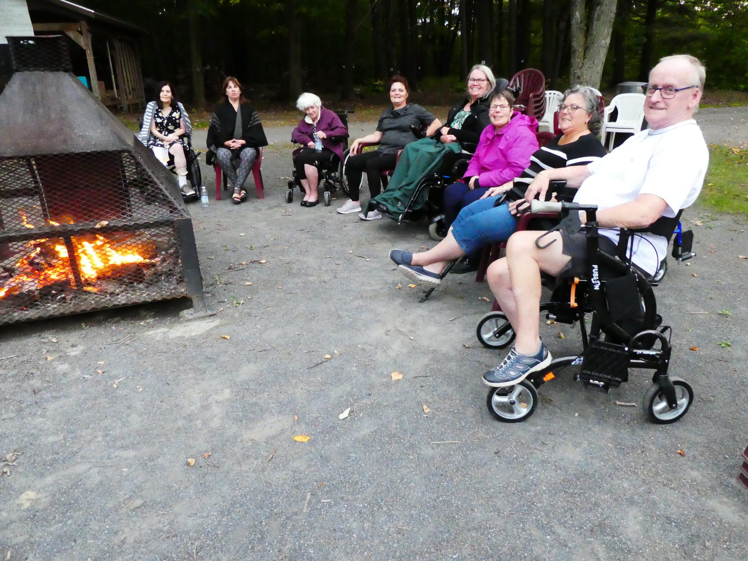 Échanges autour du feu au camp